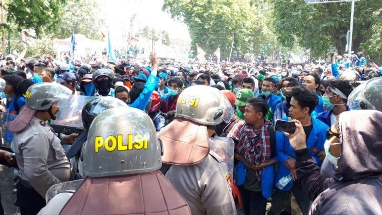 Demo Mahasiwa Ricuh Saat Pelantikan Anggota DPRD Sulteng