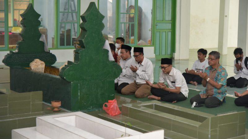 Staf Khusus PresidenSowan Ke Habib Ali dan Ziarah Makam Guru Tua